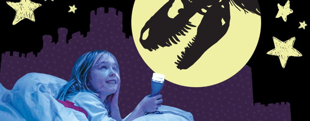 Montage : Une fillette couchée dans la pénombre regarde un crâne de dinosaure.